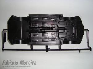 O chassis do carro vem numa arvore separada e chegou aqui sem empenos. O detalhamento é todo injetado no próprio chassis, apenas as peças das suspensões dianteira e traseira é que são separadas.