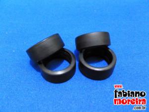 Os pneus são de bom para ruim em relação ao material de que são feitos. Também achei-os muito finos para um carro de competição.